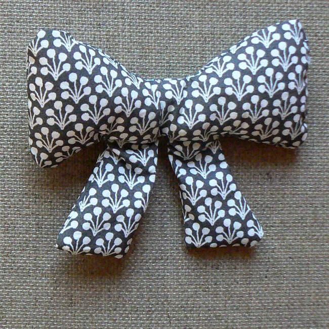Broche tissu gris motif blanc